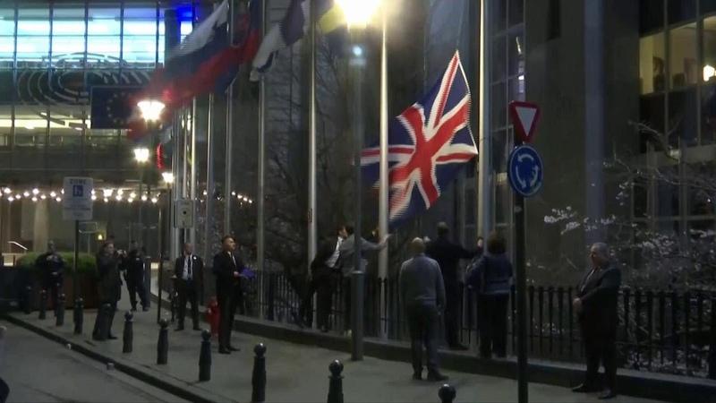 Brexit la bandiera del Regno Unito viene rimossa all'esterno del Parlamento Europeo