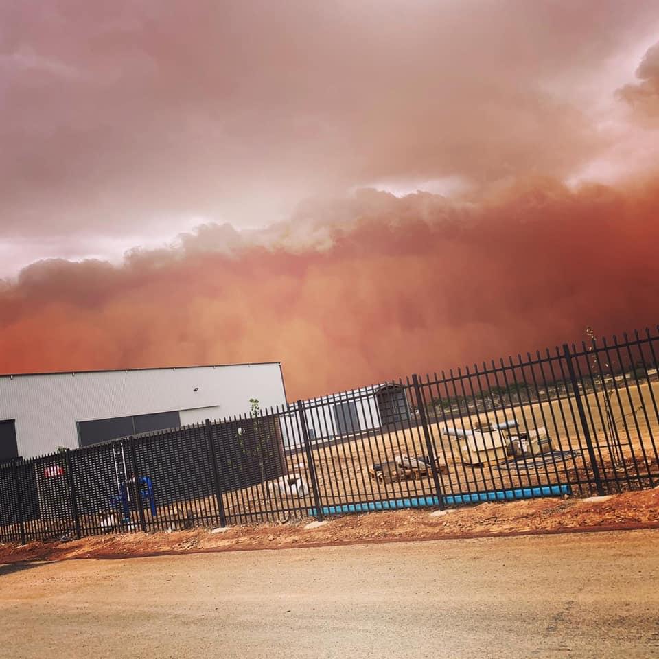 Пыльная буря в районе города Лейк Каргеллиго