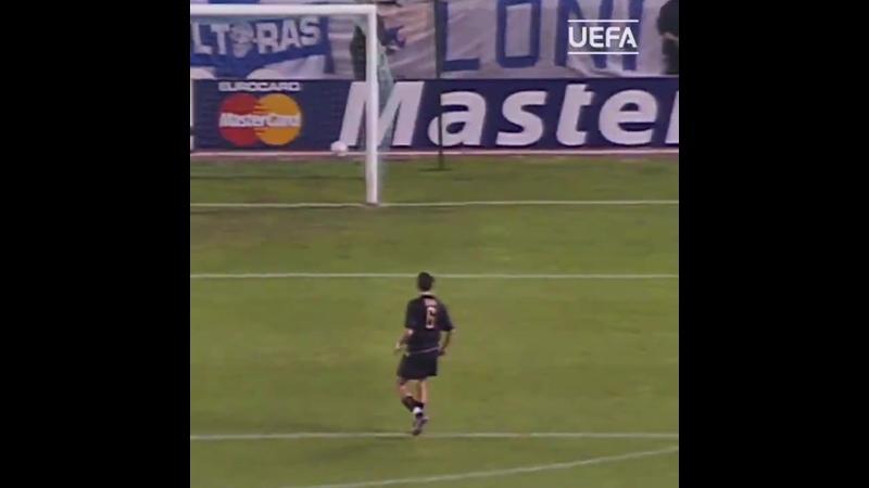 Рой Макай забивает с лета Лансу (2002)