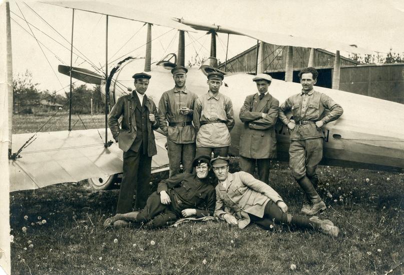 Сотрудники авиазавода в г. Омск около нового самолета МП-6. М.И. Попов стоит второй справа. Весна 1920 г.